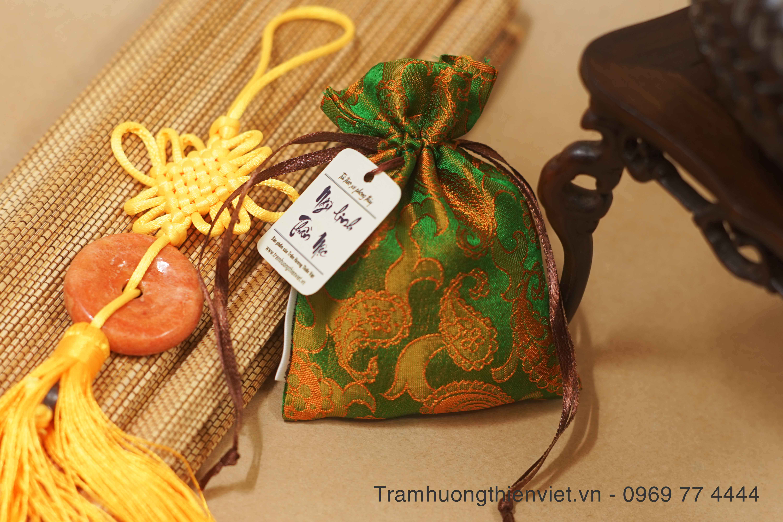 Túi thơm Ngũ Linh Thần Mộc với họa tiết đuôi công tinh xảo